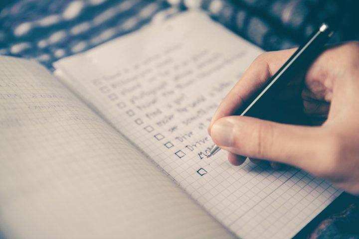 Sjekkliste skrives på papirblokk